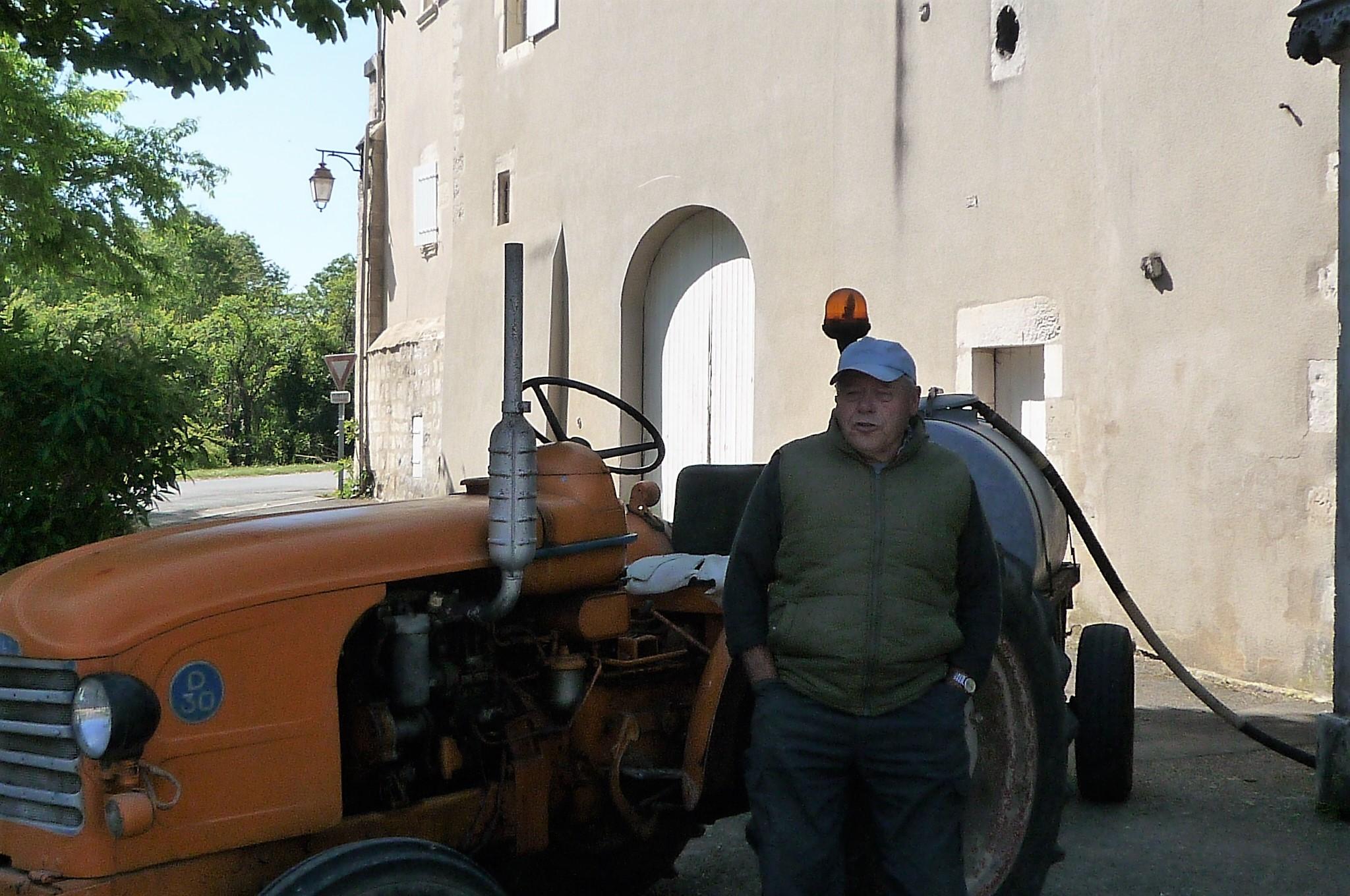Maurice et son tracteur à Echallat