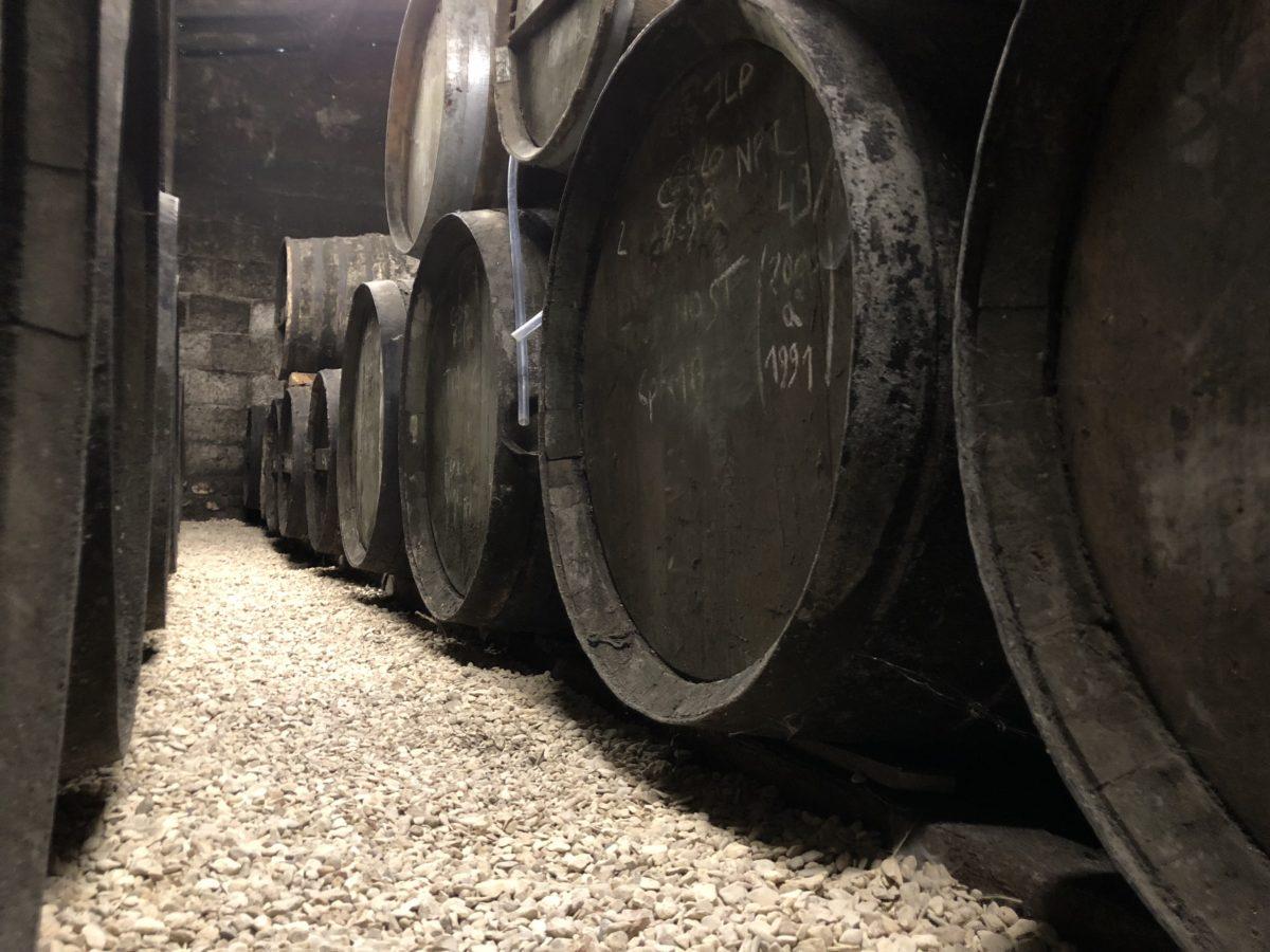 Les fûts de chêne alignés dans les chais de cognac chai de cognac