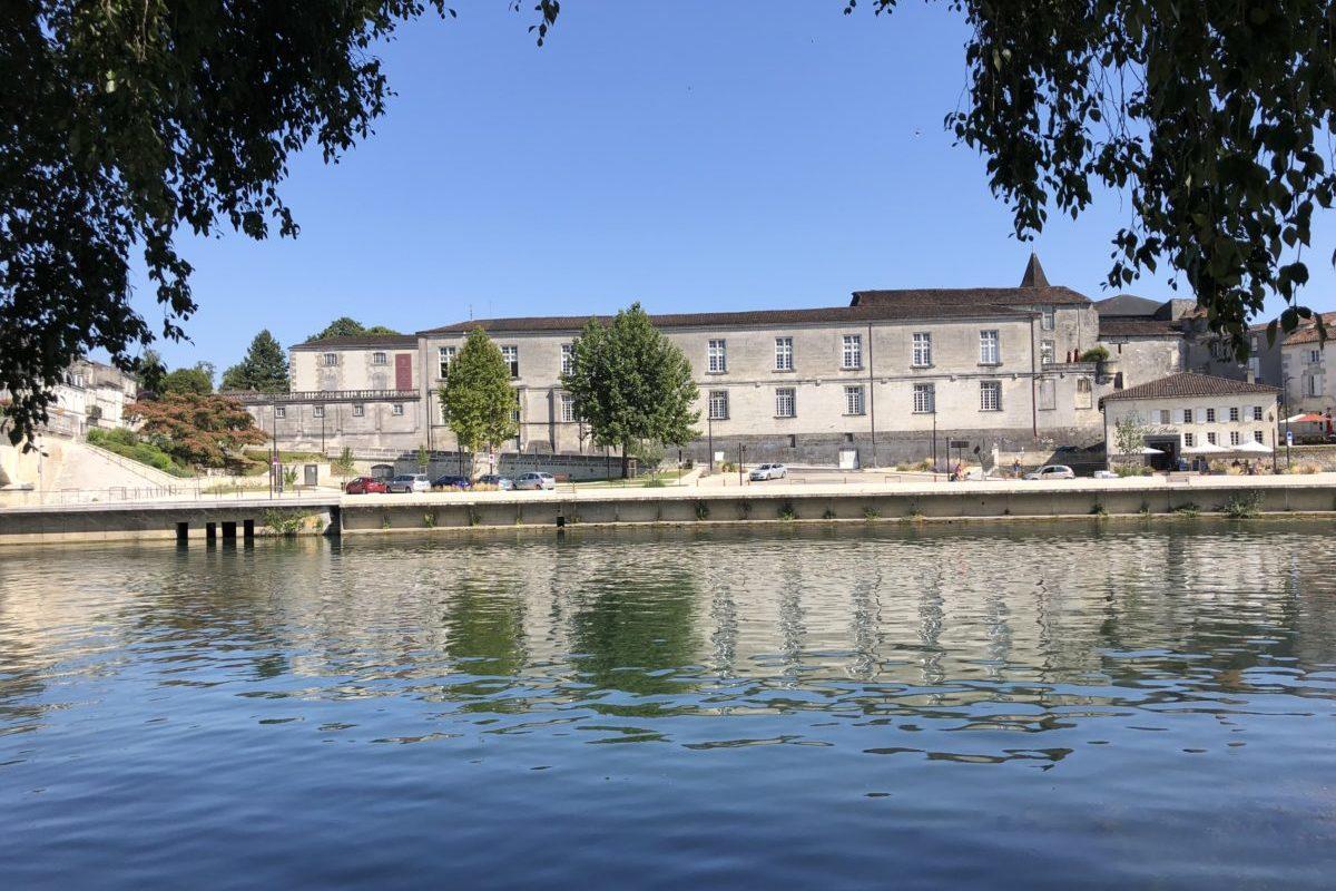 le château royal de Cognac vue de l'autre rive de la Charente