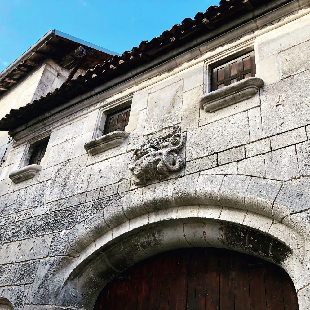 salamandre sur les murs d'une maison de la ville de cognac