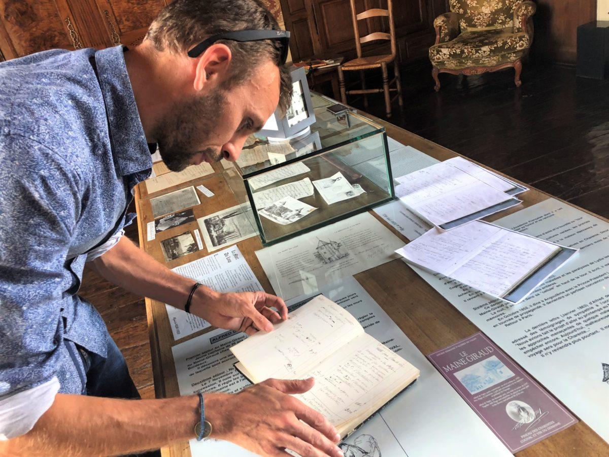 mathieu durand propriétaire du Maine Giraud, dans le musée qu'il a consacré à Alfred de Vigny