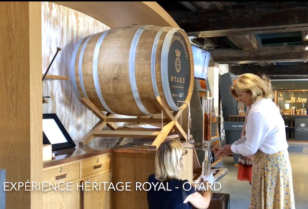 le geste précis pour laisser le cognac remplir doucement la bouteille