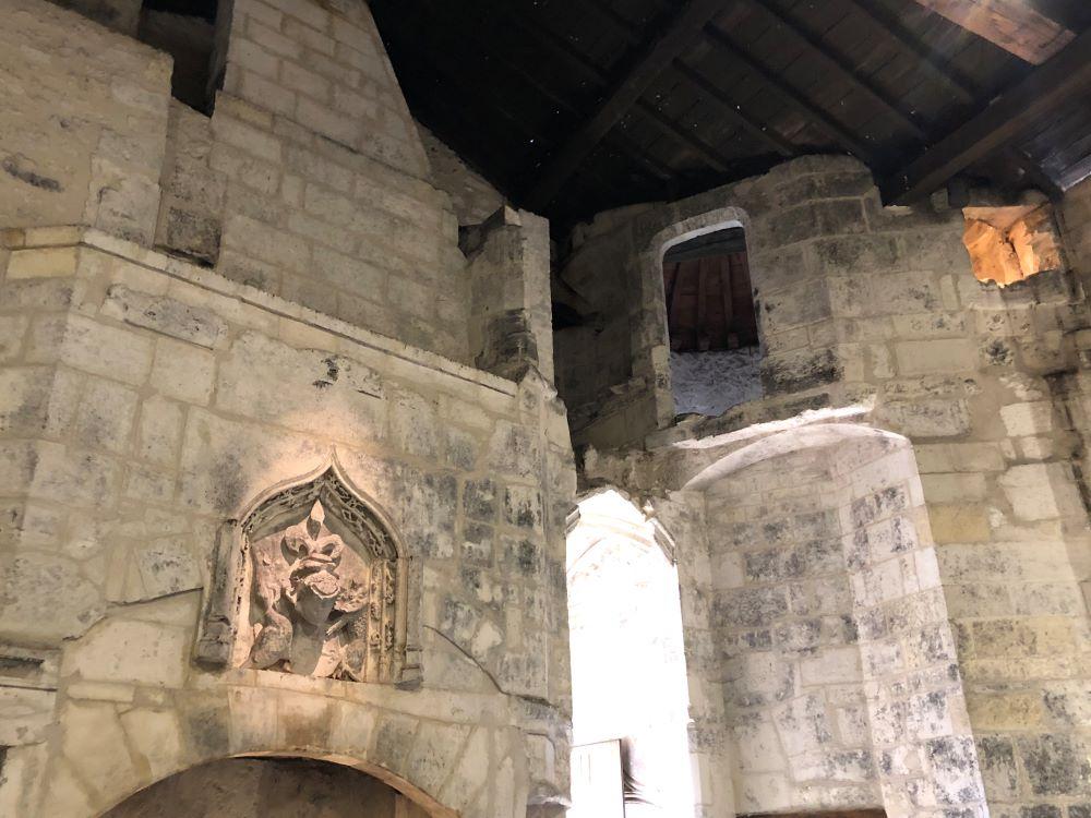 Dans une des grandes salles du chateau royal de cognac