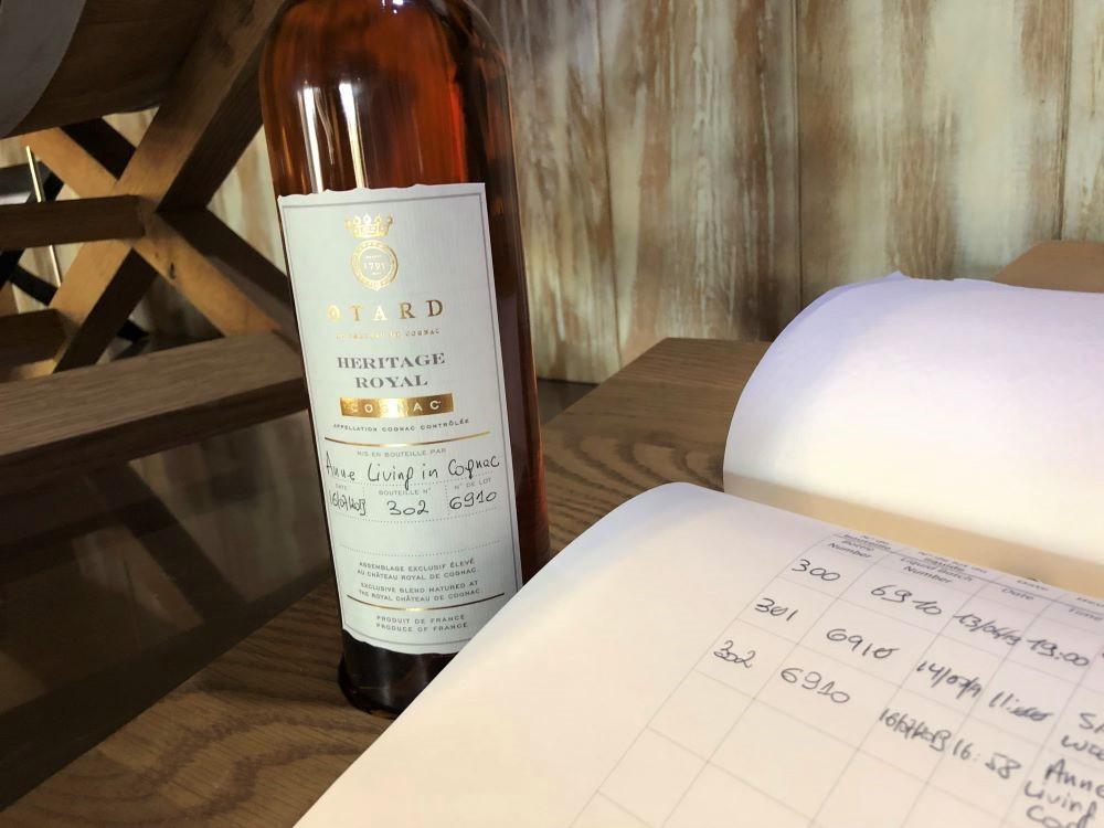 inscription de la date de mise en bouteille et du nom du propriétaire dans le livret du cognac héritage royal