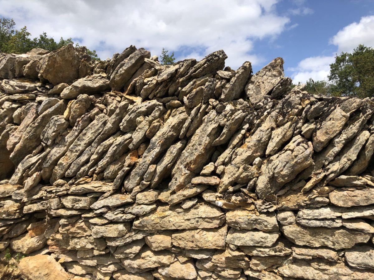 mur de pierres des clos clunisiens