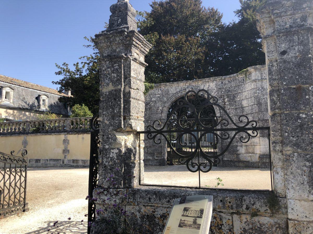 le porche d'entrée du chateau de Charras