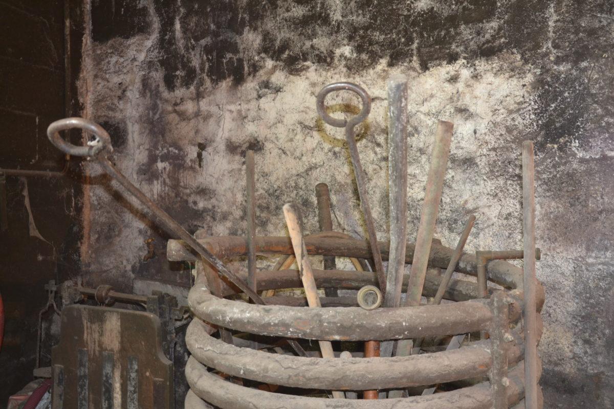 les outils pour travailler le feu dans la chaudière de la distillerie