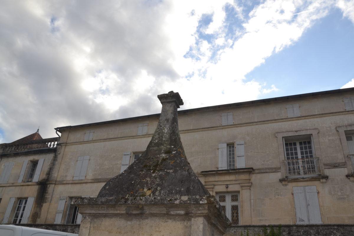 dans la cour du domaine des Gatinauds du pineau François 1er