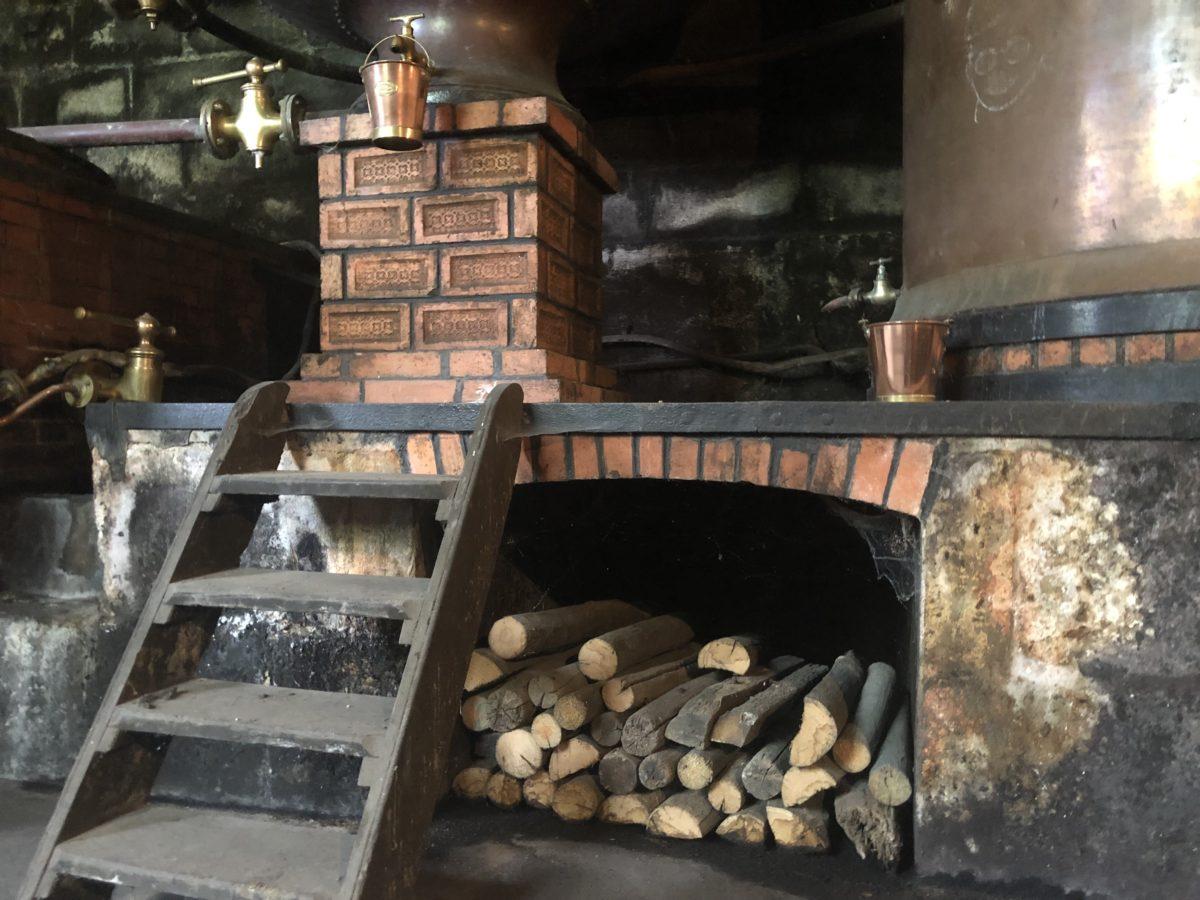 La distillerie au bois et au charbon du domaine des Gatinauds