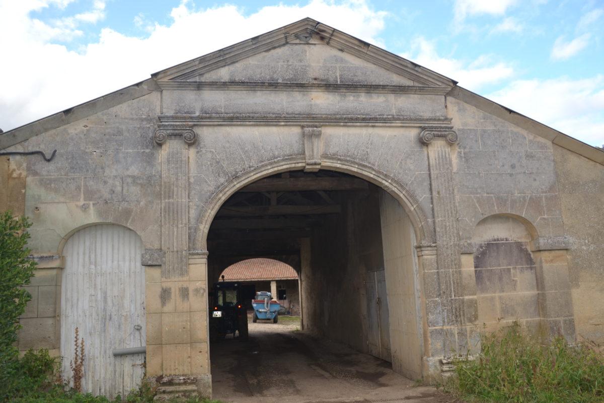 le porche d'entrée du domaine du pineau François 1er