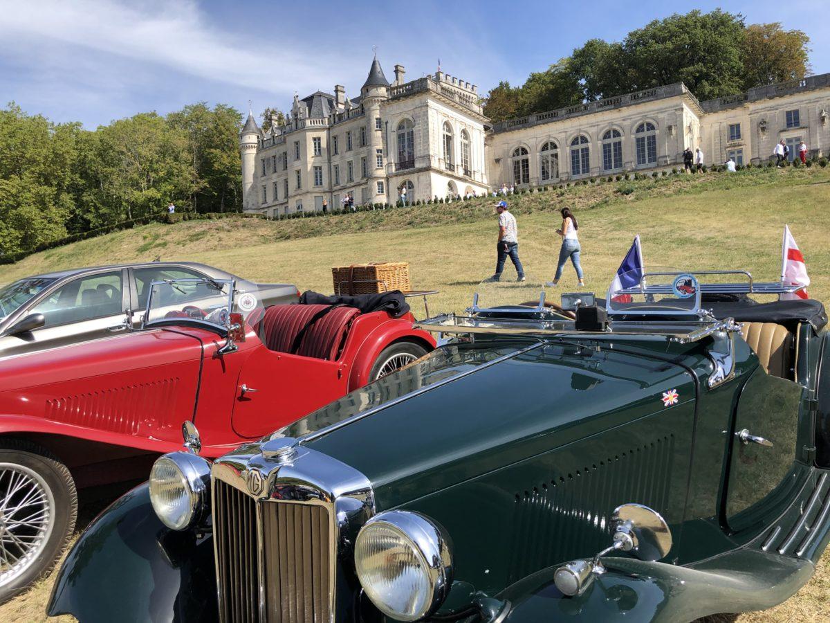 Les voitures du rallye international devant le chateau de la mercerie