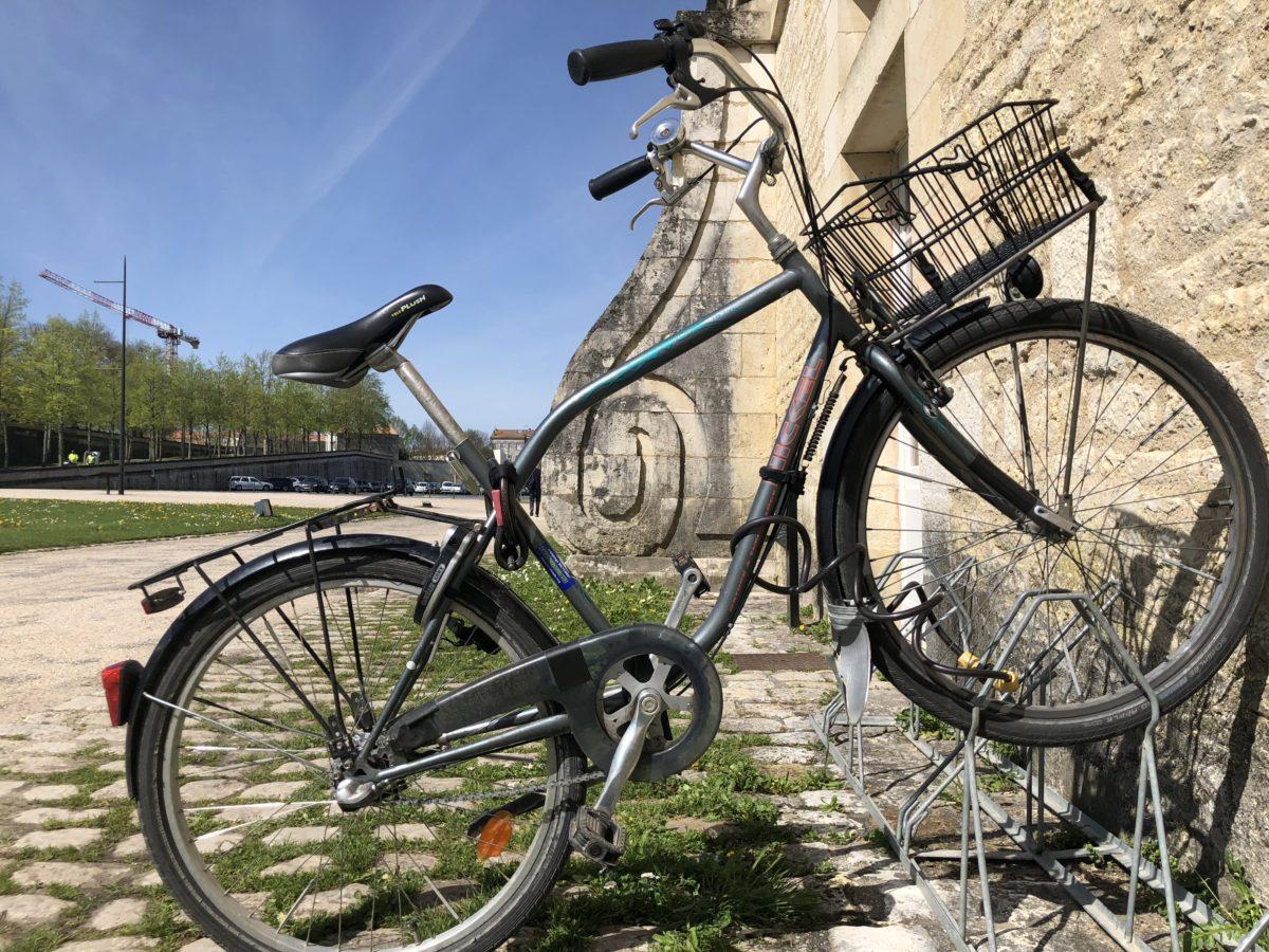 un vélo devant la Corderie Royale de Rochefort