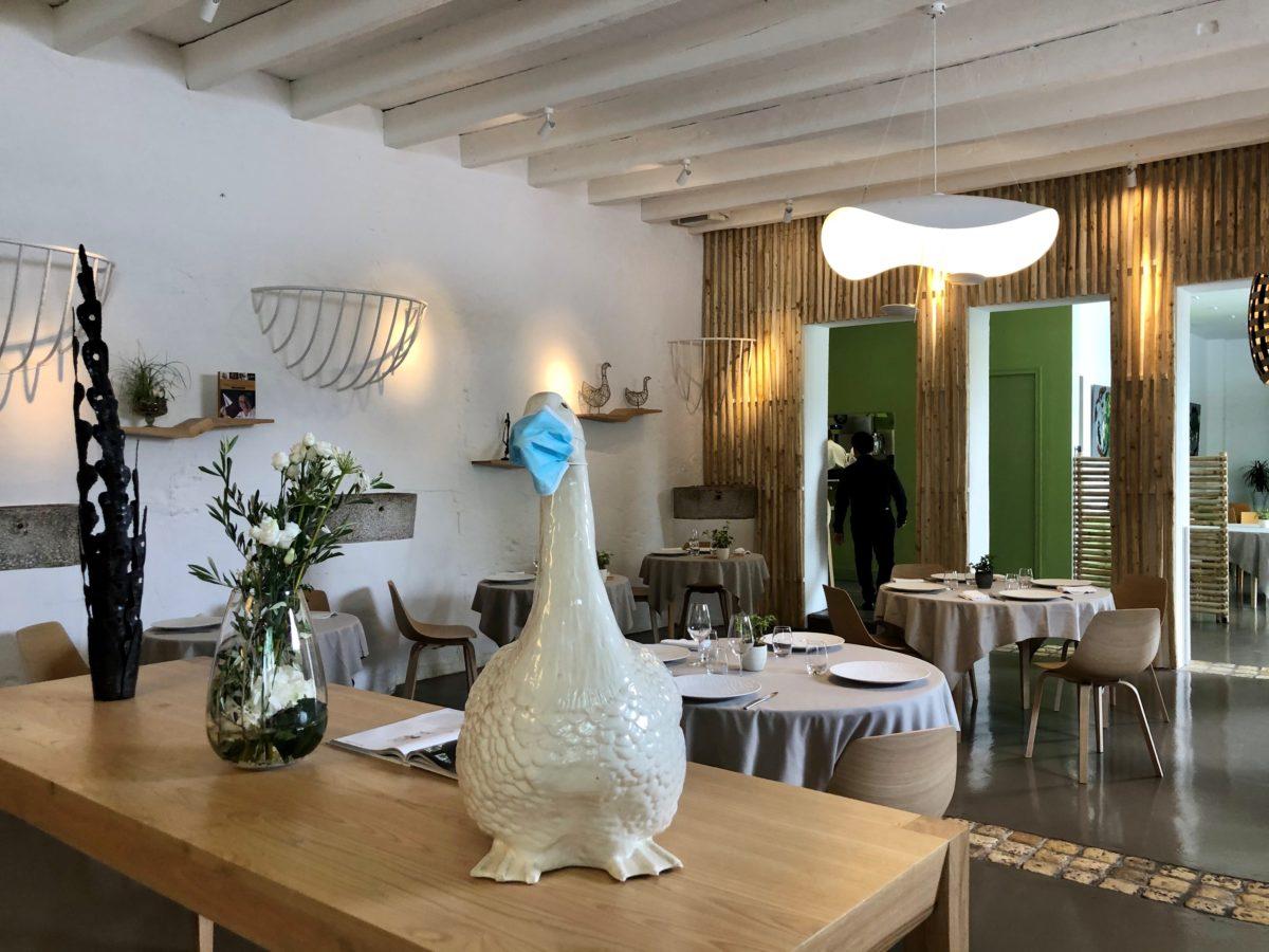 L'oie symbole du restaurant en mode geste barrière