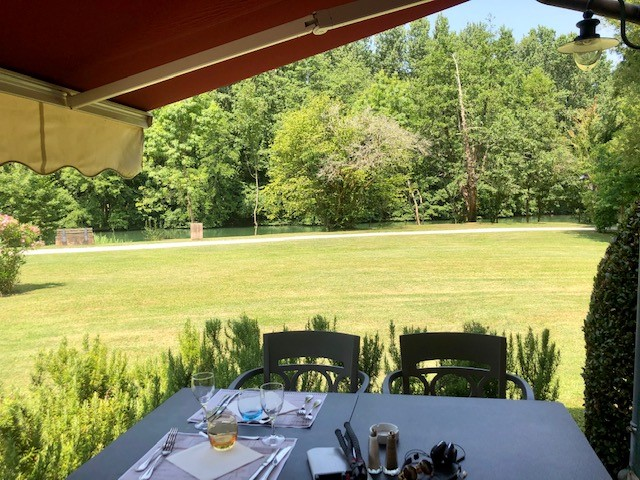 Déjeuner en terrasse au restaurant La Courtine sur les bords de la Charente