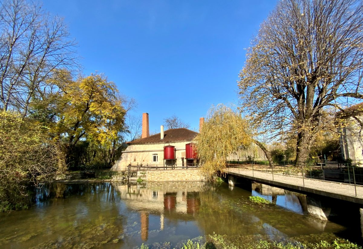la distillerie de la famille Naud vue de la berge