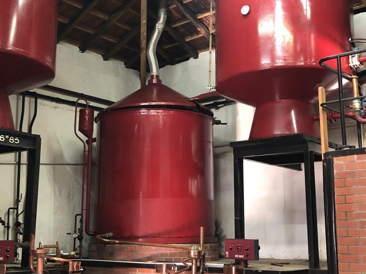 un des alambics de la distillerie de Pinthiers