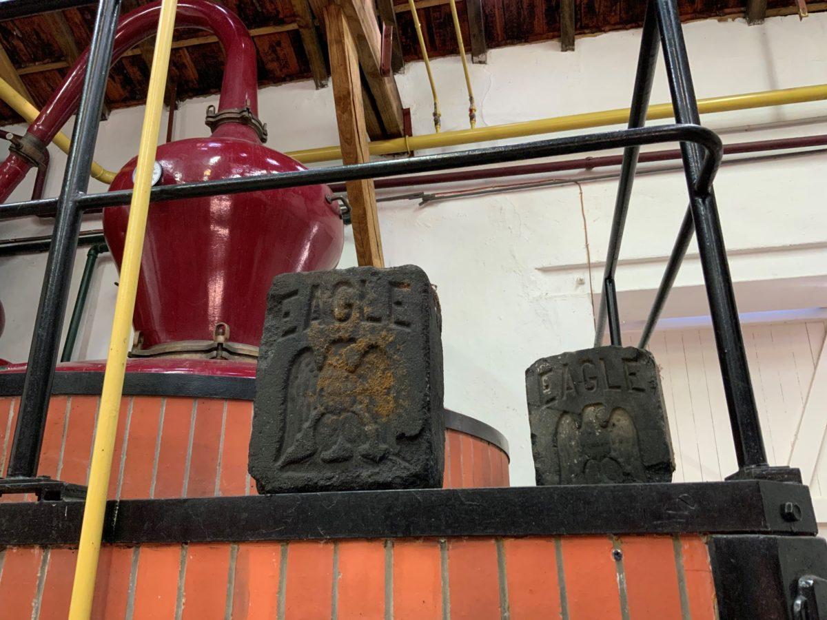 des briques de charbon, ancien combustile de la distillerie