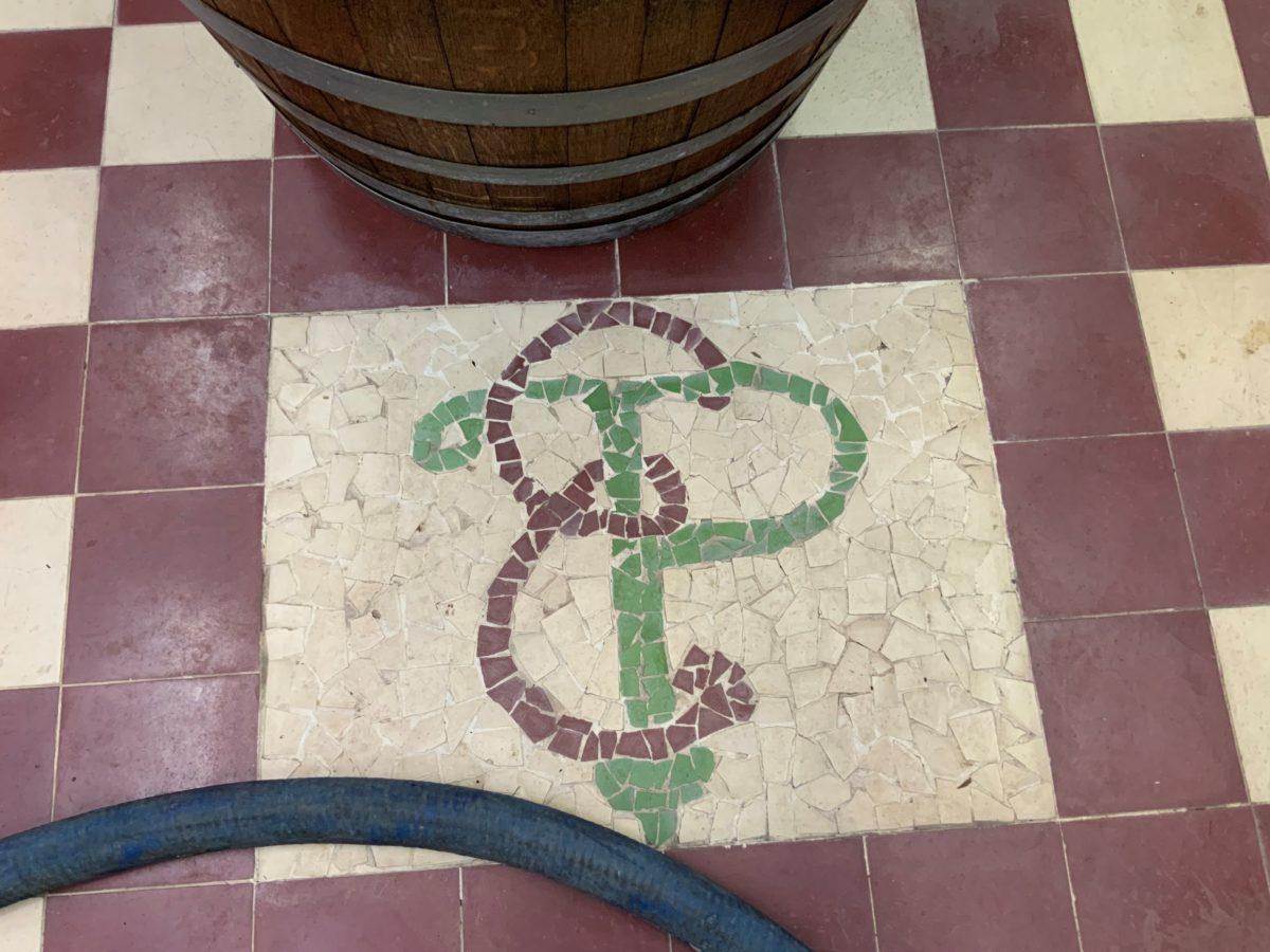les initiales du fondateur sur le carrelage de la distillerie