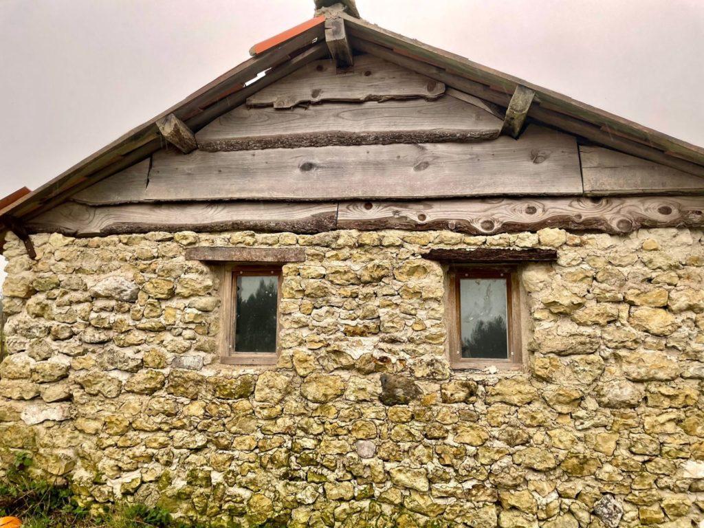 vue extérieure de la cabane de Rouill'Bouc