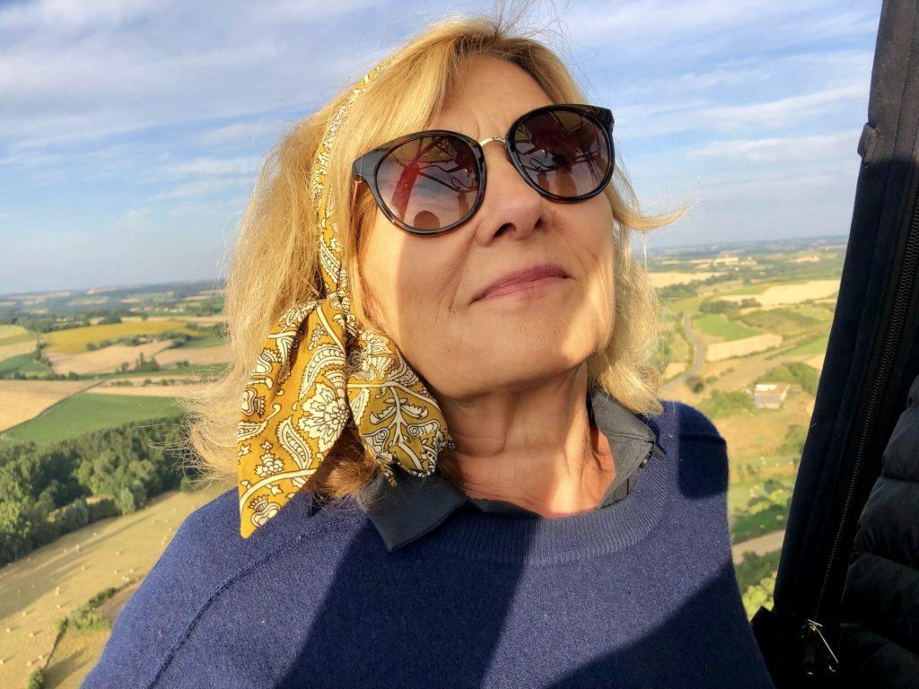 Anne en montgolfière au dessus des vignes de cognac