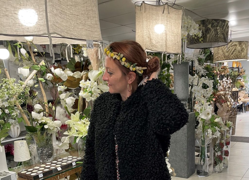 Aurélia d'Art Alia portant un de ses créations de couronne de mariée
