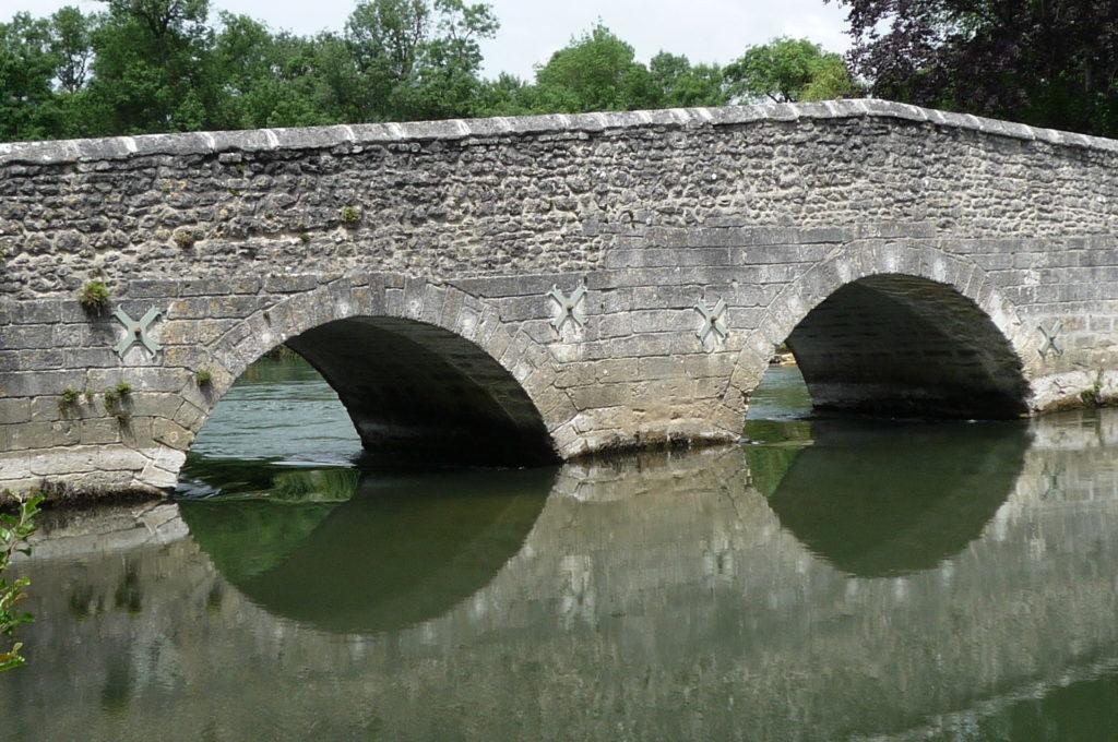 les petits pont de pierre de Vibrac sur la Charente