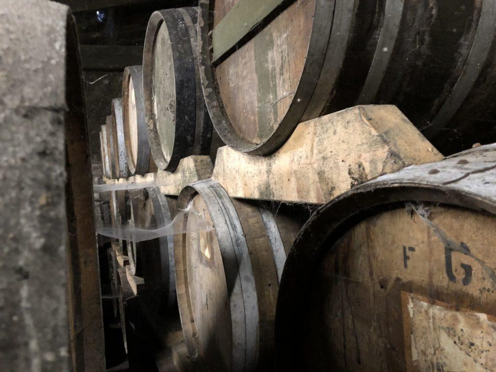 Dans le chai de cognac Pasquet, les barriques alignées