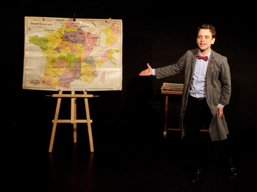 Maxime d'Aboville dans sa pièce une leçon d'histoire au festival les 3 coups de Jarnac