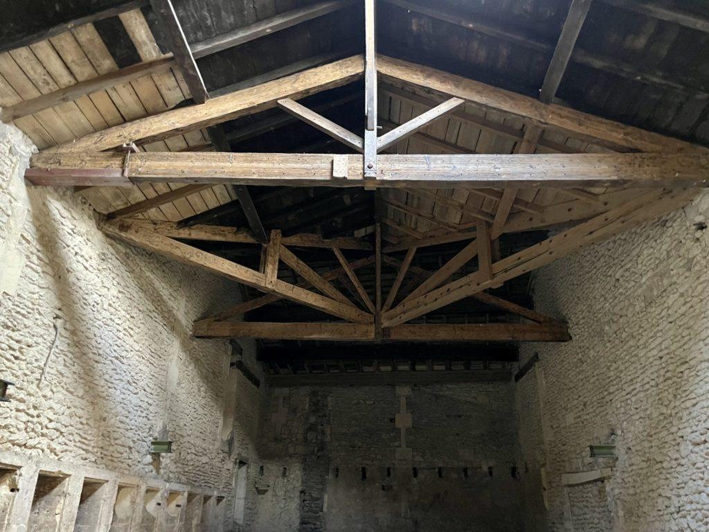 charpente de l'ancienne tonnellerie dans l'atelier carentonus