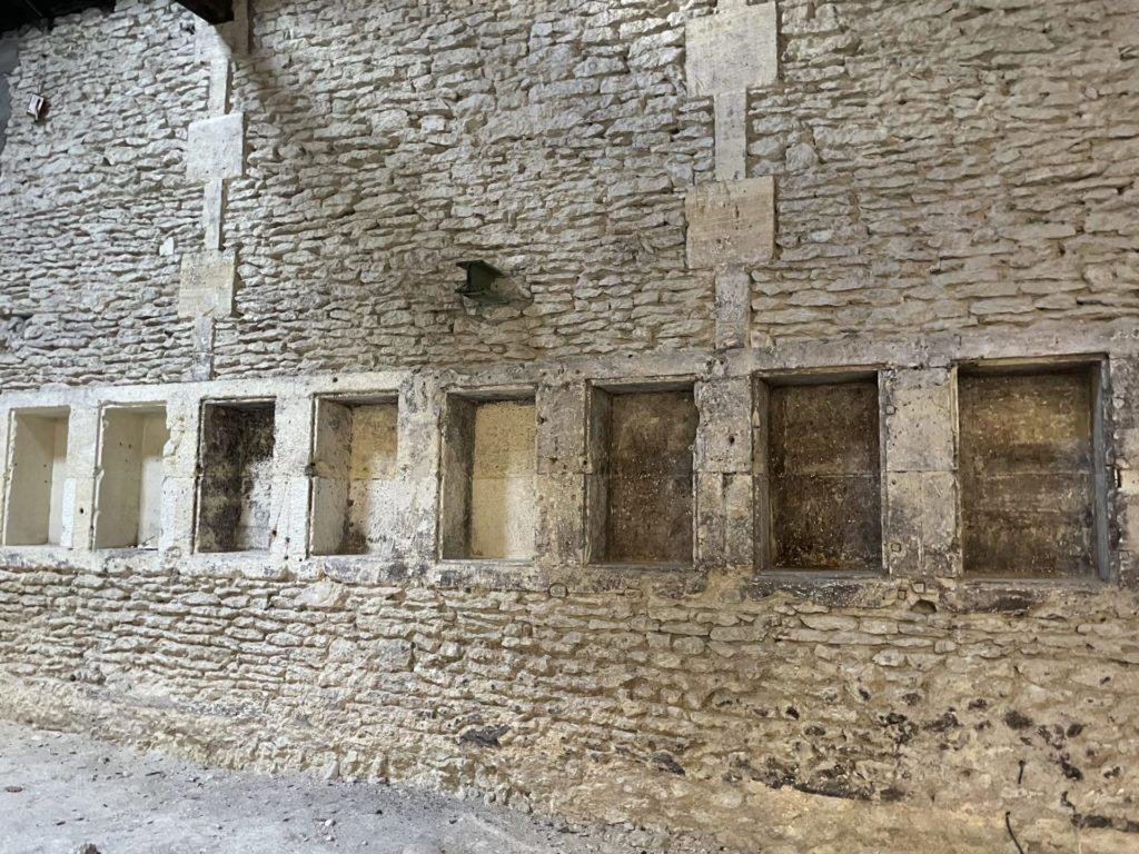 détail du mur de l'ancienne tonnellerie atelier carentonus