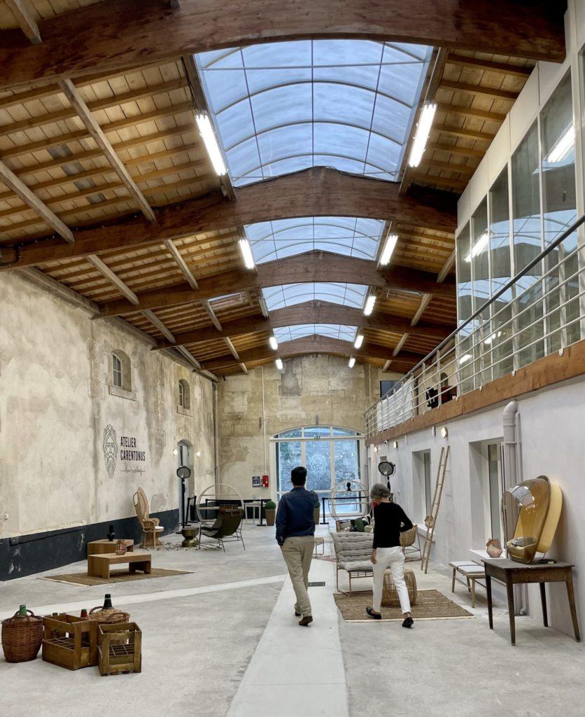 vue d'ensemble de l'espace évènementiel de l'atelier Carentonus et à droite l'espace des bureaux privatifs